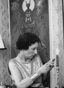 La Sra. Bone da forma a una efige de cera de una mujer enferma y tiene la esperanza de ayudarla a través de «magia blanca» curativa.